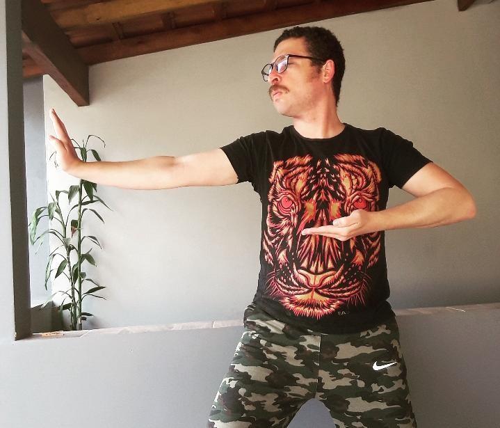 Paulo Ferreira pratica o chi kung em sua casa. Foto: Arquivo pessoal.